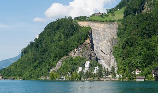 Abb. 9: Der Steinbruch Zingel am Fuss des Bürgenbergs, vom Vierwaldstättersee aus gesehen