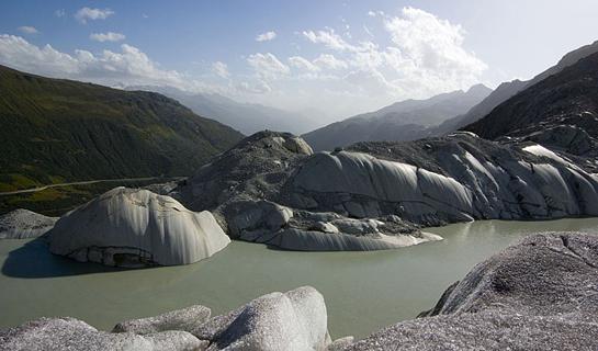 Abb. 5: Gletscherschliff vor dem neuen Gletschersee des Rhonegletschers